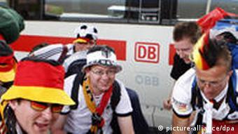 Deutsche Fans, aufgenommen am Sonntag (15.06.2008) bei ihrer Ankunft auf dem Westbahnhof in Wien. Foto: Herbert Neubauer