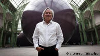 epa02725821 Indian-born British artist Anish Kapoor poses in front of his Monumenta 2011 exhibit, entitled Leviathan, at the Grand Palais in Paris, France, 10 May 2011. The installation is presented in the nave of the Grand Palais for the Monumenta 2011 exhibition until 23 June. EPA/ETIENNE LAURENT +++(c) dpa - Bildfunk+++