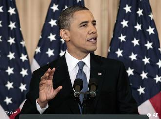 Barack Obama vor US-Flaggen (Foto: AP)