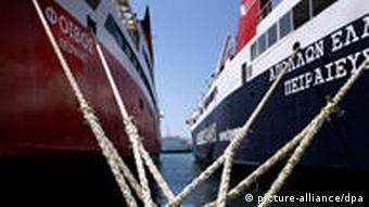 epa02727257 Anchored ships are seen in the port of Piraeus, Greece during a 24-hour strike of seamen, 11 May 2011. Violent clashes broke out in Athens between riot police and protesters who marched to parliament during a nationwide strike against austerity measures. EPA/ALKIS KONSTANTINIDIS +++(c) dpa - Bildfunk+++