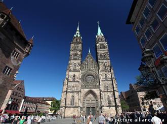 Blick auf die evangelische St. Lorenz Kirche in Nürnberg (Mittelfranken), aufgenommen am 25.05.2011 (Aufnahme mit Polarisationsfilter). Foto: Daniel Karmann dpa/lby