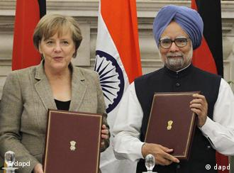 Indian Prime Minister Manmohan Singh, right, and German Chancellor Angela Merkel hold documents before exchanging them during a signing of agreement ceremony in New Delhi, India, Tuesday, May 31, 2011. Merkel is in India for talks with the country's prime minister on trade and defense. (Foto:Saurabh Das/AP/dapd)