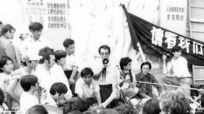 """***NUTZUNG NUR FÜR DIE CHINA-REDAKTION UND AB DEM 25.5.2011 4 JAHRE***** Titel: 72-hour Hunger strike Beschreibung: On June 2, the """"Four Gentlemen"""" – lecturer at Beijing Normal University Liu Xiaobo (with Megaphone in the hand), rock star from Taiwan Hou Dejian, economist Zhou Duo,and editor Gao Xin – started their hunger strike at the Square. This is the beginning of the Liaison Group's 72-hour hunger strike to show the students that others too are ready to put their lives at risk. They called for an independent civil society that could check and balance the government and a government that used democratic procedures rather than arbitrary authority. Der Autor des Buchs ist Feng Congde, ein Anführer der Studentenproteste während des Massakers auf dem Tiananmen 1989. Alle Bilder dürfen nur mit Zusammenhang über die Berichterstattung des Buches Die Republik auf dem Platz des Volkes – Tagebuch Mai/Juni 1989 und nur für 4 Jahre genutzt werden"""