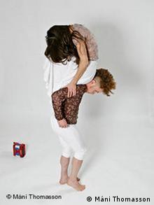 Milchstraße: Tanzstück von Clébio Oliveira. Studiotermin bei Máni Thomasson. Auf dem Bild Clébio Oliveira und Mercedes Appugliese. Foto: Máni Thomasson. 03.04.2011, Berlin
