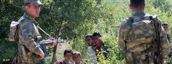 سربازان ترکیه و آوارگان سوری در مرز میان دو کشور
