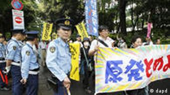 Anti-nuclear demonstrators begin a march in Tokyo, Saturday, June 11, 2011. The protesters held mass demonstrations against the use of nuclear power, as Japan marked the three-month anniversary of the powerful earthquake and tsunami that killed tens of thousands and triggered one of the world's worst nuclear disasters. The banner reads Stop nuclear plants! (Foto:Koji Sasahara/AP/dapd)