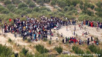 epa02775903 Syrian refugees attend a funeral of an anti-regime protester on the Syria-Turkey border, near the Turkish village of Guvecci, in Hatay, Turkey 11 June 2011. The number of Syrians who took refuge in Turkey from a violent crackdown of anti-government protests in Syria has reached 4,300. Turkish Prime Minister Recep Tayyip Erdogan has said Turkey was concerned over incidents in Syria as the Assad government escalates violence against civilians in a crackdown of anti-government protests which had seen the death of scores. EPA/AYKUT UNLUPINAR/ANATOLIAN AGENCY TURKEY OUT +++(c) dpa - Bildfunk+++