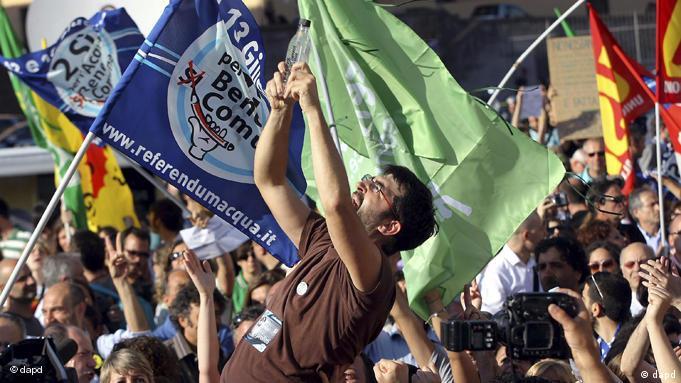 Итальянцы празднуют итоги референдума
