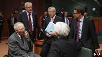 From left, German Finance Minister Wolfgang Schaeuble, European Commissioner for Monetary Affairs Olli Rehn, Luxembourg's Finance Minister Jean-Claude Juncker, French Finance Minister Christine Lagarde and Finnish Finance Minister Jyrki Tapani Katainen share a word during a round table meeting of eurogroup finance ministers at the EU Council building in Brussels, Tuesday, June 14, 2011. Greece's debt rating is slashed to the lowest of any country in the world, leaving a nation that uses the euro and is backed by the European Central Bank less credit-worthy than Pakistan. The prospect of a default that would rock global markets looms large as EU finance ministers meet in Brussels to discuss how much the private sector should pitch in. (Foto:Virginia Mayo/AP/dapd)