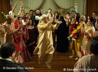 نمایی از فیلم همش حلاله!، محمود در حال رقص در عروسی پسرش رشید