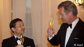 German President Christian Wulff, right toasts to Japanese Crown Prince Naruhito during an official dinner at Bellevue Palace in Berlin on Wednesday, June 22, 2011. Naruhito stays in Germany for a four-day visit to attend events marking the 150th anniversary of the Japan-Germany amity treaty. (Foto:Markus Schreiber/AP/dapd)