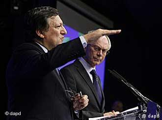 European Council President Herman Van Rompuy, right, and European Commission President Jose Manuel Barroso participate in a media conference at an EU summit in Brussels on Thursday, June 23, 2011. Greece's financial meltdown is set to overshadow yet another summit of European Union leaders, who on Thursday will discuss new ways to get the country back on its feet and protect the euro's stability. (Foto:Virginia Mayo/AP/dapd)