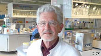 Der Veterinärmediziner und Bakteriologe Dr. Helge Böhnel von der Göttinger Firma Miprolab in seinem Labor (Foto: DW / Fabian Schmidt)