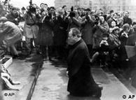 O chefe de governo alemão Willy Brandt, no Memorial ao Gueto de Varsóvia (06/12/70)