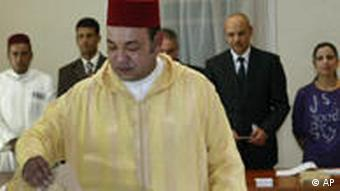 Morocco's King Mohammed VI casts his vote in a polling station in Rabat, Morocco, Friday Jul 1, 2011. The King voted in the referendum on the new constitution. Moroccans vote Friday on whether to adopt a new constitution that the king has championed as an answer to demands for greater freedoms but that protesters say will still leave the monarch firmly in control.(Foto:Abdeljalil Bounhar/AP/dapd)