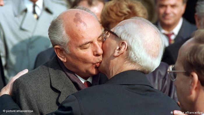 Then Soviet leader Mikhail Gorbachev (l) and Erich Honecker (r), Chairman of the State Council of the GDR (picture alliance/dpa)
