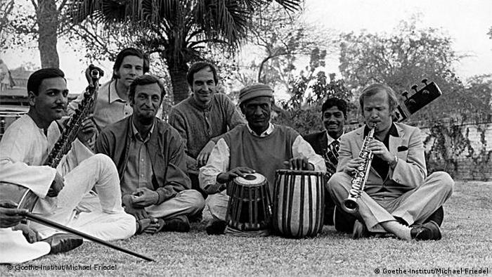 Doldinger auf einem schwarz-weiß Foto mit einheimischen Musikern in Lahore. (Foto: Goethe-Institut / Michael Friedel)