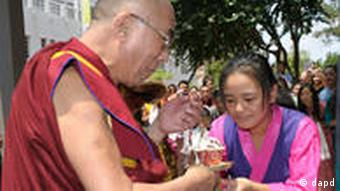 The Dalai Lama is greeted upon his arrival in Washington, Tuesday, July 5, 2011. (Foto:Susan Walsh/AP/dapd)
