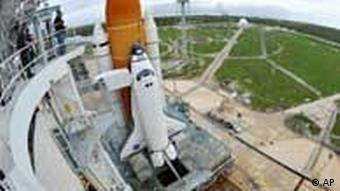 Space Shuttle Atlantis is seen on the pad at the Kennedy Space Center at Cape Canaveral, Fla. , Thursday July 7, 2011. Atlantis and a crew of four are scheduled to launch on Friday, July 8, on the 135th and final space shuttle launch for NASA. (Foto:Stan Honda, Pool/AP/dapd)