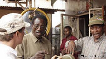 Tilmann Straub u razgovoru s lokalcima u Tanzaniji