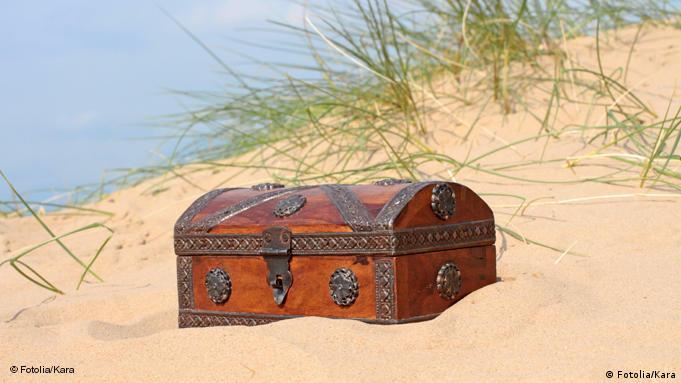 Eine Schatzkiste im Sand am Meer