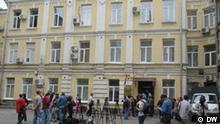 Journalisten warten vor dem Eingang ins Gerichtsgebäude in Kiew. Foto: DW-Korrespondent in Kiew Alexander Savitski am 11.07 in Kiew.