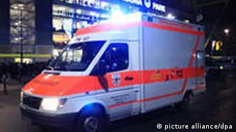 Ein Krankenwagen mit Blaulicht fährt vorbei Foto: Julian Stratenschulte (dpa/lnw)