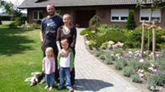 Family in front of their home Foto: DW/Andrey Gurkov, 08.07.2011 in der Bioenergie Beerlage GmbH & Co KG in Billerbeck/Münsterland