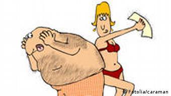 Symbolbild: Eine Frau reißt einem Mann mit einem Wachsstreifen Haare vom rücken