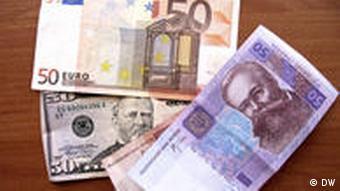 Тримати заощадження краще у різних валютах