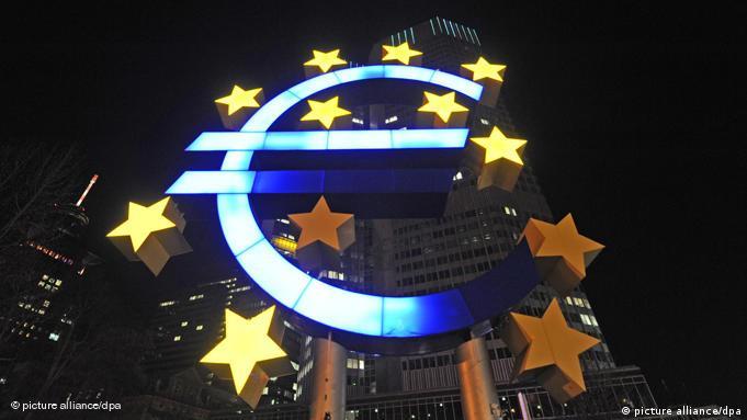 Am Euro-Symbol der Europäischen Zentralbank (EZB) vor dem Eurotower leuchten am Donnerstag (25.03.2010) in Frankfurt am Main nur neun der zwölf Sterne. Mit einem Rettungsplan für das hoch verschuldete Griechenland haben die Euro-Länder beim Gipfel in Brüssel eine tiefe Spaltung überwunden. Dabei einigte man sich auf harte Bedingungen für mögliche Milliarden-Kredite. Diese sollen notfalls von den Euro-Ländern sowie vom Internationalen Währungsfonds (IWF) kommen. Diplomaten zufolge ist von einem Umfang von 20 bis 23 Milliarden Euro die Rede. Die 16 Länder mit dem Euro erwarten nun, dass sich die Finanzmärkte beruhigen. Foto: Marc Müller dpa (zu dpa 0041) +++(c) dpa - Bildfunk+++