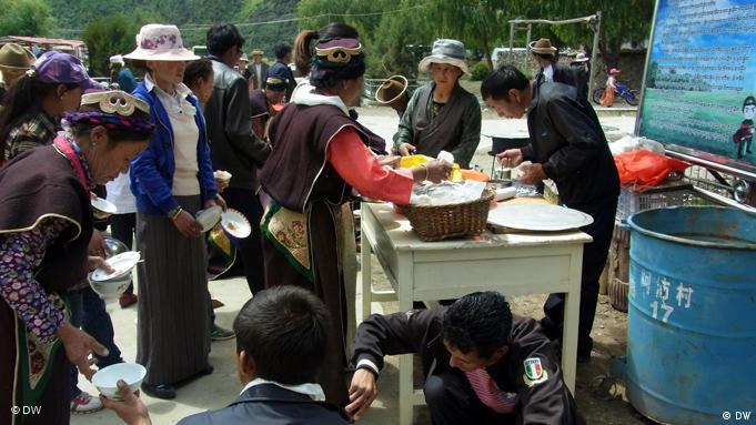 Aus Anlass des 60-jährigen Jubiläums der Eingliederung Tibets in die Volksrepublik China durch chinesische Armee wurden die Sicherheitsvorkehrungen verschärft. Überall in Lhasa, Hauptstadt Tibets, ist zur Zeit Polizeipräsenz zu beobachten. Auch im abgelegenen Nachbardorf A Pei ist die Vorbereitung auf die bevorstehende Feierlichkeit nicht zu übersehen. Fotograf: Qin Ge (freier Mitarbeiter DW-Chinesisch) Datum: Juli 2011 Ort: Dorf A Pei bei Lhasa