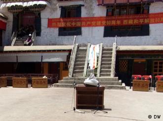 Aus Anlass des 60-jährigen Jubiläums der Eingliederung Tibets in die Volksrepublik China durch die chinesische Armee wurden die Sicherheitsvorkehrungen verschärft. Überall in Lhasa, Hauptstadt Tibets, ist zur Zeit Polizeipräsenz zu beobachten. Fotos aus Lhasa. Der Fotograf ist DW-Korrespondent Qin Ge.