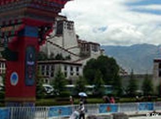 NO FLASH!! Aus Anlass des 60-jährigen Jubiläums der Eingliederung Tibets in die Volksrepublik China durch die chinesische Armee wurden die Sicherheitsvorkehrungen verschärft. Überall in Lhasa, Hauptstadt Tibets, ist zur Zeit Polizeipräsenz zu beobachten. *** Bild von DW-Korrespondent Qin Ge, Juli 2011