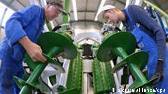 Arbeiter in einer Werkstatt der KD Stahl- und Maschinenbau GmbH in Breitenworbis (Foto: dpa - Bildfunk)