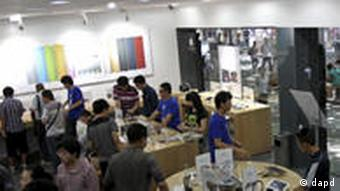 In this photo taken Thursday, July 21, 2011, customers browses products at a shop masquerading as a bona fide Apple store in downtown Kunming in southwest China's Yunnan province. China, long known for producing counterfeit consumer gadgets, software and brand name clothing, has reached a new piracy milestone, fake Apple stores. (Foto:AP/dapd) CHINA OUT