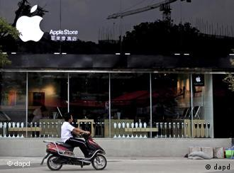 In this photo taken Thursday, July 21, 2011, a motorcyclist passes by a shop masquerading as a bona fide Apple store in downtown Kunming in southwest China's Yunnan province. China, long known for producing counterfeit consumer gadgets, software and brand name clothing, has reached a new piracy milestone, fake Apple stores. (Foto:AP/dapd) CHINA OUT