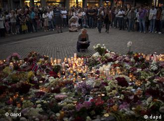 People gather during a candle light vigil to pay tribute to victims of the twin attacks near the Domkirke church on Friday, in central Oslo, Norway, Saturday, July 23, 2011. A massive bombing Friday in the heart of Oslo was followed by a horrific shooting spree on an island hosting a youth retreat for the prime minister's center-left party. The same man, a Norwegian with reported Christian fundamentalist, anti-Muslim views, was suspected in both attacks. (Foto:Emilio Morenatti/AP/dapd)