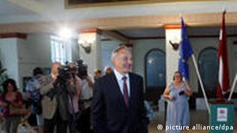 Lettlands Präsident Andris Berzins vor Pressevertretern und Fotografen (Foto: picture-alliance/dpa)