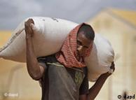 A população tem doado comida, dinheiro e roupas para ajudar os mais afetados pela fome