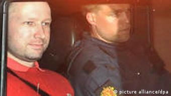 Anders Behring Breivik quittant le palais de justice d'Oslo le 25 juillet