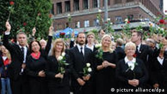 Norway's Prime Minister Jens Stoltenberg (l-r), his wife Ingrid, Princess Märtha Louise, crownprince Haakon, crownprincess Mette-Marit, former Norway's Prime Minister Gro Harlem Brundtland and the chairman of the Labour Youth Movement (AUF), Eskil Pedersen, are taking part of the rose march in Oslo, Norway, 25 July 2011. The Norwegian man charged in last week's attacks in Norway, which claimed at least 76 lives, was Monday remanded in custody for eight weeks by Oslo district court. A. B. Breivik was charged with the bombing in Oslo's government district on Friday and a shooting at a youth camp on nearby Utoya island the same day. Foto: Jörg Carstensen dpa +++(c) dpa - Bildfunk+++