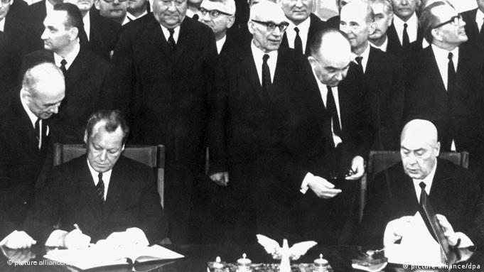 Podpisany w 1970 r. przez Willy'ego Brandta (l.) i Józefa Cyrankiewicza traktat między Polską a RFN miał być gwarantem polskiej granicy zachodniej