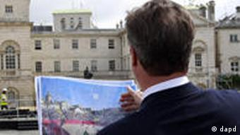 Britain's Prime Minister David Cameron inspects the beach volleyball site for the 2012 Olympic Games, at Horse Guards Parade in London Wednesday July 27, 2011 on the one-year-to-go mark. (Foto:Stefan Wermuth, Pool/AP/dapd)