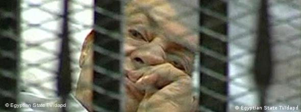 This video image taken from Egyptian State Television shows 83-year-old Hosni Mubarak laying on a hospital bed inside a cage of mesh and iron bars in a Cairo courtroom Wednesday Aug. 3, 2011 as his historic trial began on charges of corruption and ordering the killing of protesters during the uprising that ousted him. The scene, shown live on Egypt's state TV, was Egyptians' first look at their former president since Feb. 10, the day before his fall when he gave a defiant speech refusing to resign. (Foto:Egyptian State TV/AP/dapd) EGYPT OUT