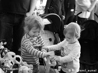 Zwei kinder streiten um eine schaufel