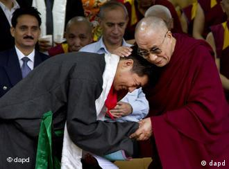 Lobsang Sangay, left, the new prime minister of Tibet's government in exile, is greeted by Tibetan spiritual leader the Dalai Lama during his swearing-in ceremony at the Tsuglakhang Temple in Dharmsala, India, Monday, Aug. 8, 2011. (Foto:Ashwini Bhatia/AP/dapd)