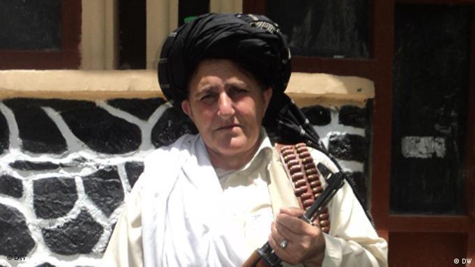 Portrait Bibi Hakmeena mit schwarzem Turban und Gewehr (Foto: DW)