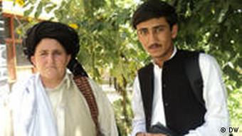 Bibi Hakmeena steht neben einem Mann in Khost, Ost-Afghanistan (Foto: DW)