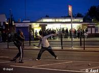 示威者求掷石块